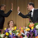 Barack Obama dà il cinque a Jimmy Kimmel su Caren Bohan   © SAUL LOEB / Getty Images