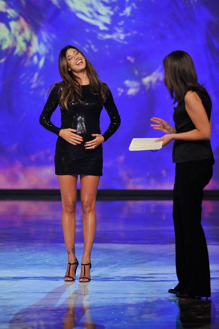 "Belen Rodriguez show a ""Le invasioni barbariche"" | Forbiciate Ashton Kutcher Mila Kunis"