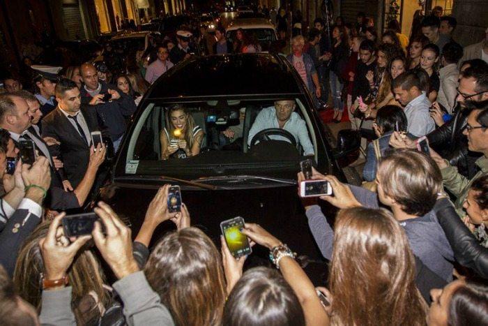 Belen Rodriguez seguita dalla folla | © Facebook